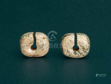 A PAIR OF JADE EAR ORNAMENTS, JUE