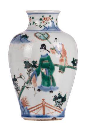 A Chinese wucai vase, overall decorated with figures on a terrace, H 18,5 cm