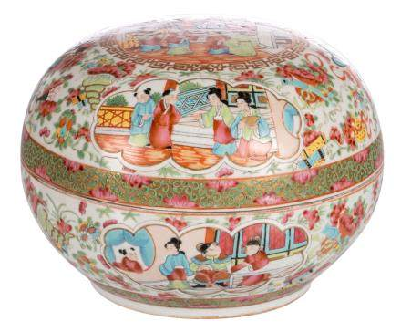 A Chinese famille rose floral decorated Canton box and cover, the roundels with court scenes, H 17,5 - ø 24,5 cm