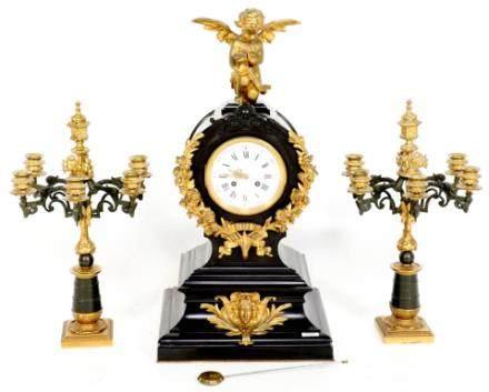 古董黑色大理石法国钟摆与青铜装饰品和沙漏