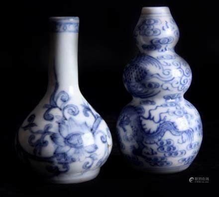一对中国古董蓝白相间花瓶