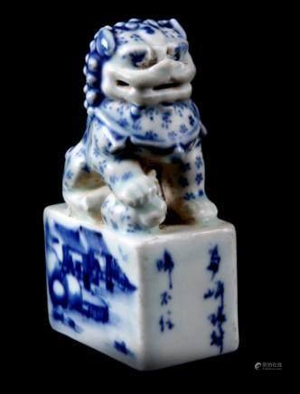 蓝白相间的中国瓷器麒麟