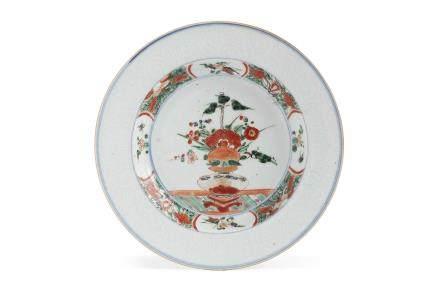 Chine, période Kangxi, Compagnie des Indes, XVIIIe siècle. Assiette creuse en porcelaine et émaux de la famille verte