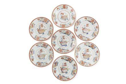 Chine, période Qianlong, Compagnie des Indes, XVIIIe siècle. Lot de sept assiettes en porcelaine et émaux de la famille rose,