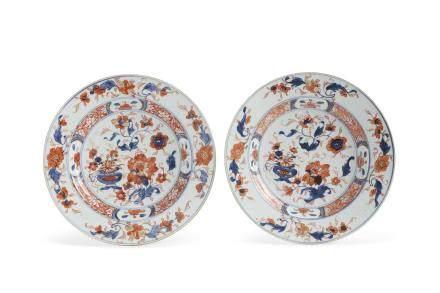 Chine, période Qianlong, Compagnie des Indes, XVIIIe siècle. Paire d'assiettes en porcelaine « imari chinois », à décor de compositions florales et bordures de lotus.