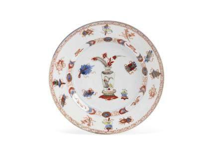 Chine, période Qianlong, Compagnie des Indes, XVIIIe siècle. Assiette en porcelaine, émaux de la famille verte et « imari chinois »,