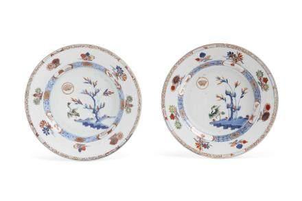 Chine, période Qianlong, Compagnie des Indes, XVIIIe siècle. Paire d'assiettes en porcelaine et décor « imari chinois » d'une grue sur les berges, entourée de compositions florales.