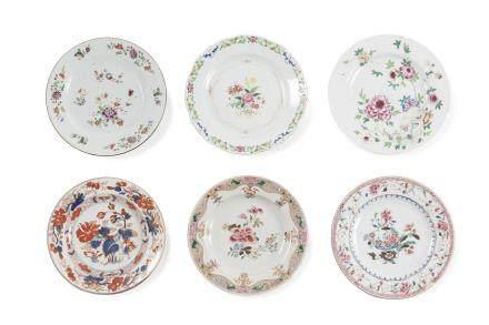 Chine, période Qianlong, Compagnie des Indes, XVIIIe siècle. Lot comprenant cinq assiettes en porcelaine et émaux de la famille rose