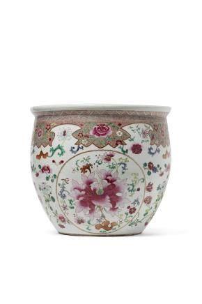 Chine, période Qing, Première moitié du XIXe siècle. Vasque en porcelaine et émaux de la famille rose