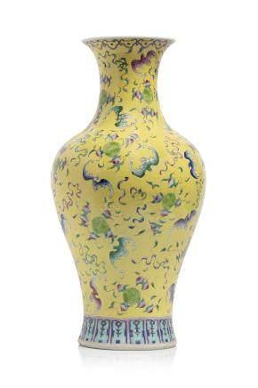 Chine, Marque et époque Guangxu (1875 - 1908) Vase balustre à col évasé en porcelaine et émaux de la famille rose,