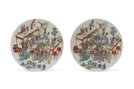 Chine, fin XIXe siècle Paire de plaques circulaires en porcelaine et émaux de la famille rose et rehauts or