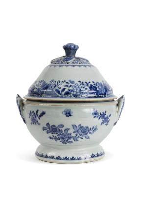 Chine, XIII ème siècle, Compagine des Indes Importante terrine couverte en porcelaine bleu blanc