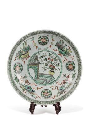 Chine, XIXe siècle. Important en plat en porcelaine et émaux de la famille verte