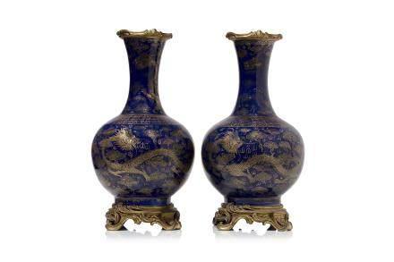 Chine, marque et époque Guangxu (1875-1908) Paire de vases pansus à long col en porcelaine et émail bleu poudré