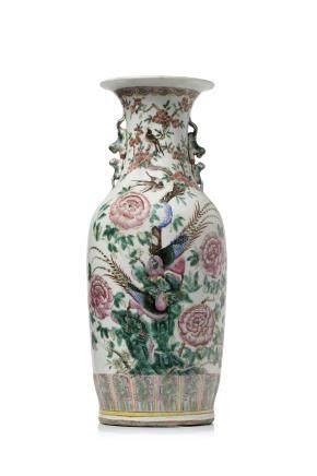 Chine, période Guangxu Grand vase balustre en porcelaine et émaux de style famille rose