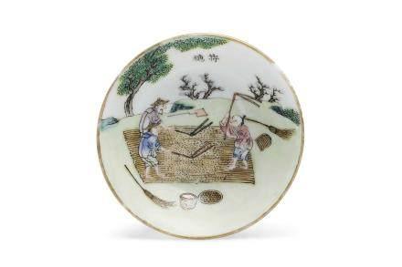Chine, marque et époque Daoguang (1820 - 1950) Petite coupelle en porcelaine et émaux de la famille rose