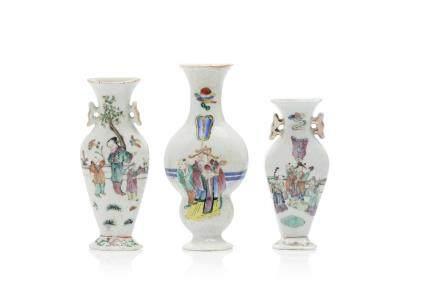 Chine, XIXe siècle Trois petits vases d'applique en porcelaine et émaux de la famille rose et rehauts d'or