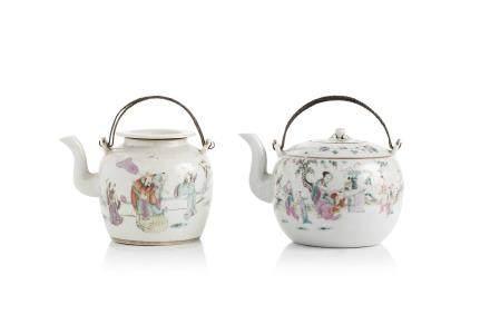 Chine, 2ème moitié du XIXe siècle. Deux théières en porcelaine et émaux de la famille rose, l'une à décor de dignitaires accompagnés de leurs serviteurs, l'autre deux jeunes femmes avec enfants.