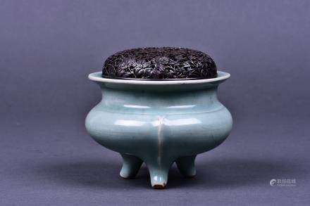 A LONGQUAN CELADON TRIPOD CENSER, SOUTHERN SONG DYNASTY