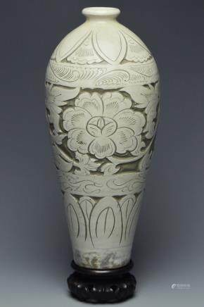 A SONG DYNASTY CIZHOU SGRAFFIATO VASE AND STAND