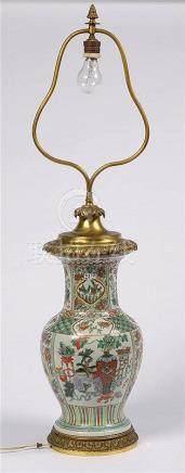Vase balustre en porcelaine polychrome de Chine monté en lam