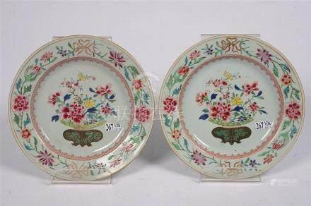 Paire d'assiettes en porcelaine polychrome de Chine au décor