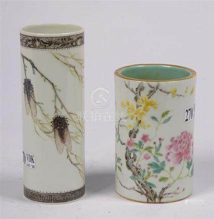 Deux pots de pinceaux en porcelaine polychrome de Chine déco