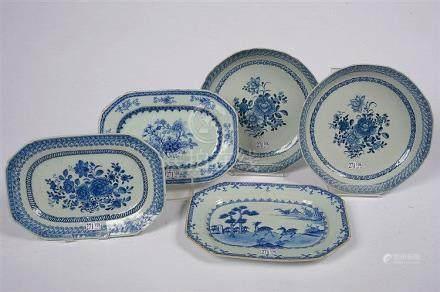 Ensemble de porcelaines bleues et blanches de Chine comporta