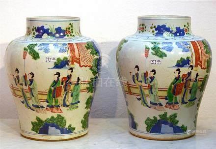 Paire de vases balustres en porcelaine polychrome de Chine d