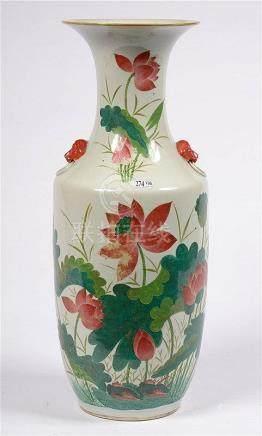 Grand vase en porcelaine polychrome de Chine décoré d'un tex