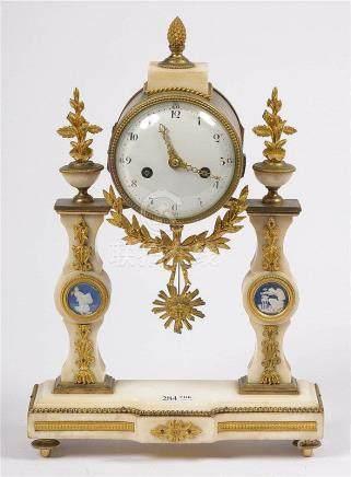 Pendule portique de style Louis XVI en marbre blanc surmonté