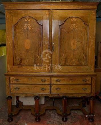 Grand cabinet de style Louis XIV en bois de placage et marqu