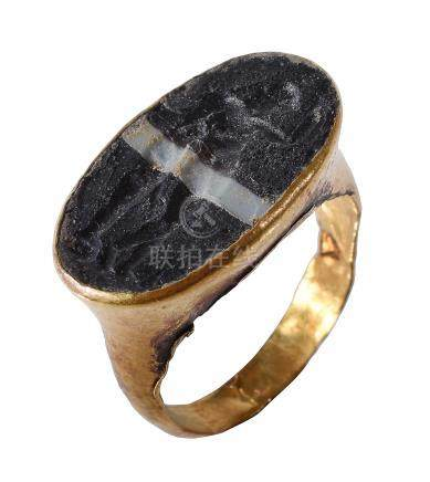 A Roman gold intaglio ring, circa 2nd-3rd century AD, the banded black and white paste engraved