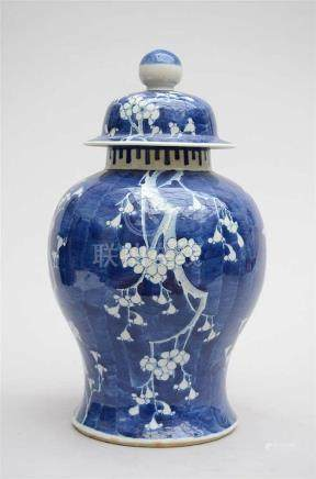 Lidded vase in Chinese blue and white porcelain 'crackled ic