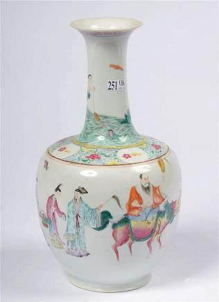"""Vase en porcelaine polychrome de Chine décoré des """"Huit immo"""