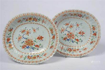 Paire de coupes chantournées en porcelaine polychrome de Chi