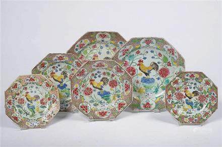 Ensemble de six assiettes octogonales en porcelaine polychro