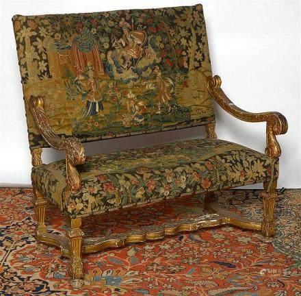 Canapé de style Louis XIV en bois sculpté et doré garni d'un