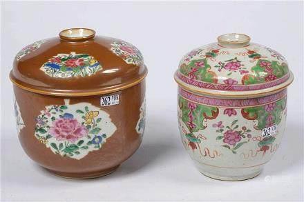 Deux bols à riz en porcelaine polychrome de Chine dont l'un