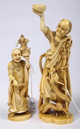 """Deux """"Okimono"""" en ivoire sculpté représentant un """"Immortel a"""