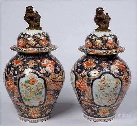Paire de vases potiches et leur couvercle en porcelaine poly
