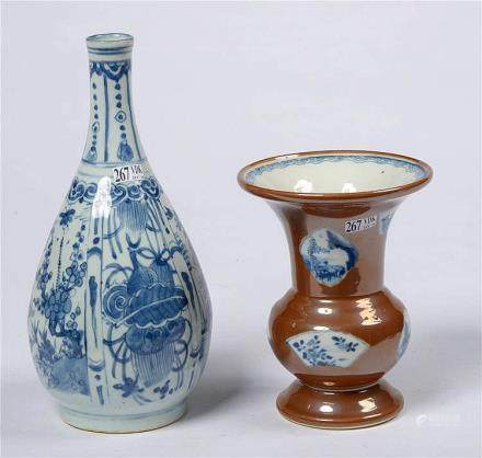Un vase soliflore en porcelaine bleue et blanche de Chine au
