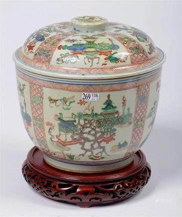 Grand bol couvert en porcelaine polychrome de Chine muni de