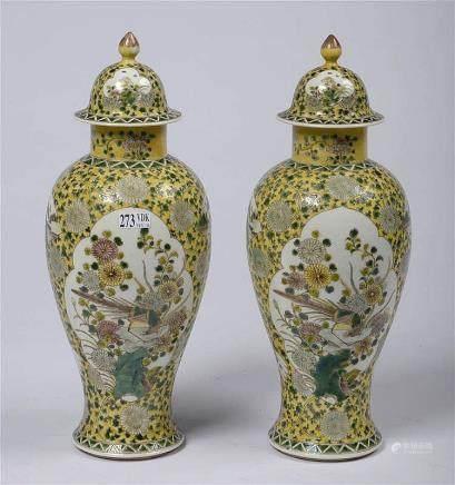 """Paire de vases potiches en porcelaine dite """"Famille jaune"""" d"""