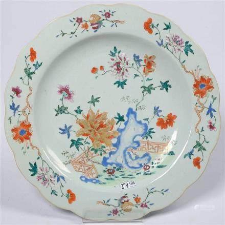 Grand plat rond polylobé en porcelaine polychrome de Chine a