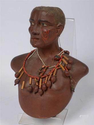 """Maori"" en bois polychromé orné de colliers de perles. Trava"