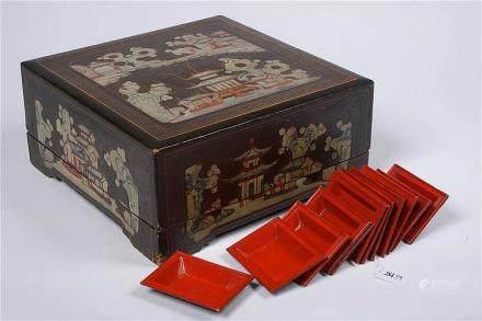 """Boîte à repas en bois laqué peint au décor de """"Temples"""" et """""""