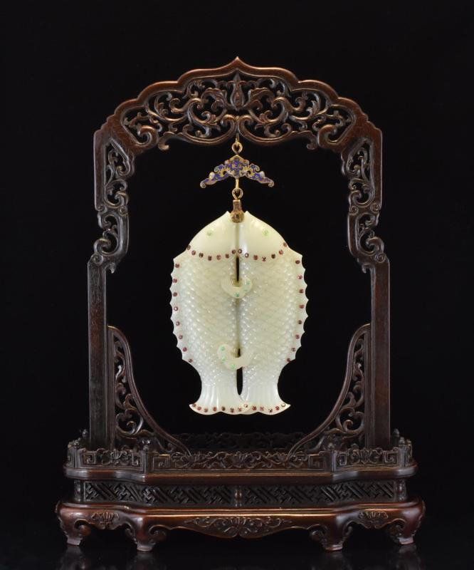 HANGING DOUBLE FISHES JADE PLAQUE ON HARDWOOD STAND FRAME