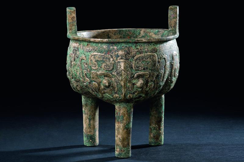 陶胎仿青铜器饕餮纹三足鼎