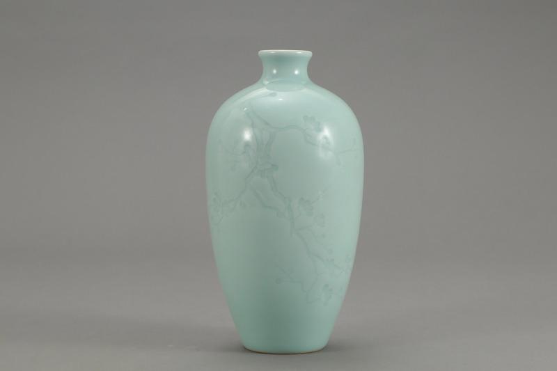 青釉暗刻梅花纹萝卜瓶